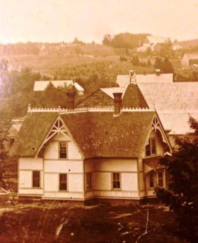 Early photo of the Leavitt House